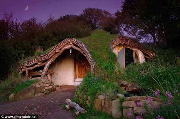Un homme construit une maison
