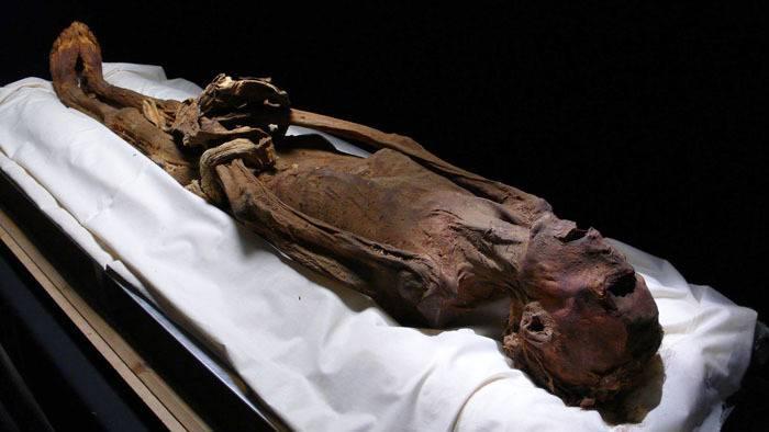 A Deir El-Bahari, en Egypte, des spécialistes ont découvert, en 1886, la momie d'un homme qui semble avoir été embaumé en pleine agonie.