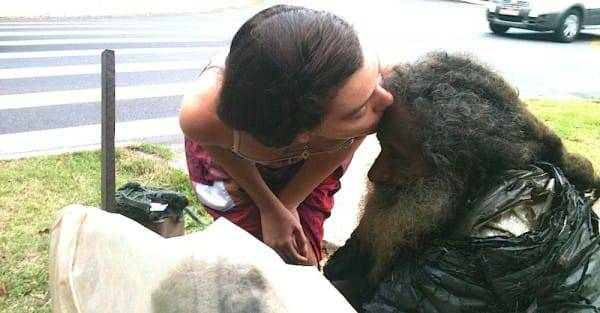 In 2011, a young woman named Shalla Monteiro befriended the old homeless man. She'd stop to talk with him on a daily basis, and Raimundo gave her one of his poems.
