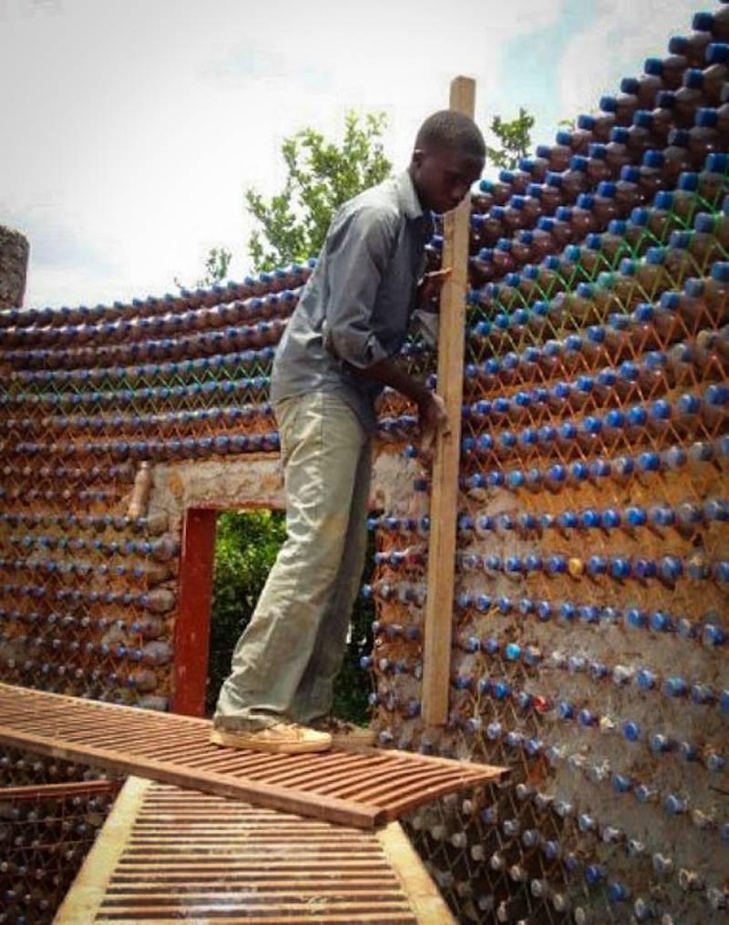 Des nigérians construisent des maisons écologiques avec des bouteilles en plastique et de la boue - House3