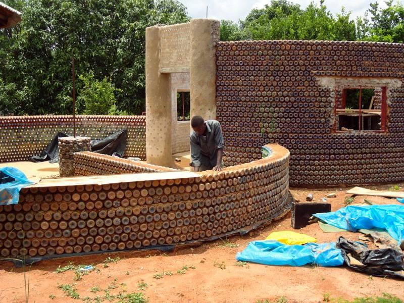Des nigérians construisent des maisons écologiques avec des bouteilles en plastique et de la boue - House5