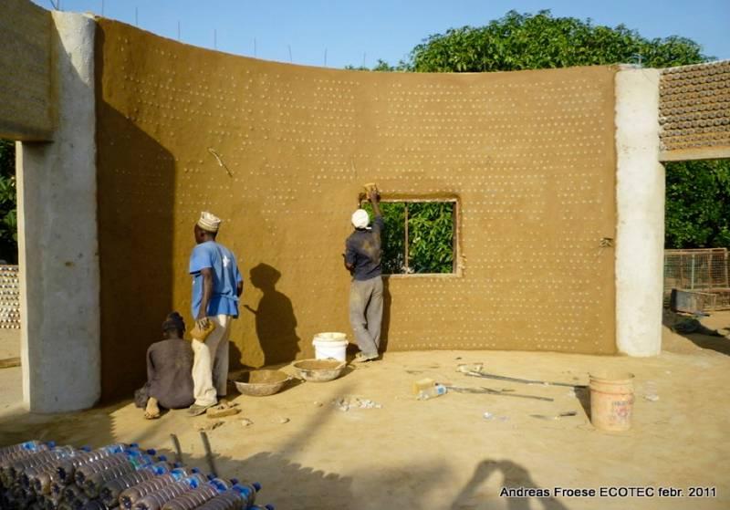 Des nigérians construisent des maisons écologiques avec des bouteilles en plastique et de la boue - House6