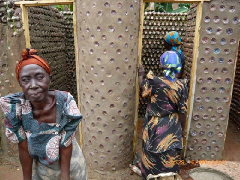 Des nigérians construisent des maisons écologiques avec des bouteilles en plastique et de la boue - House8