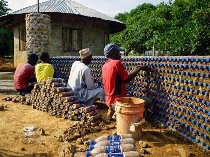 Des nigérians construisent des maisons écologiques avec des bouteilles en plastique et de la boue - Fireee-700x525