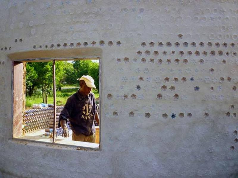 Des nigérians construisent des maisons écologiques avec des bouteilles en plastique et de la boue - Weed-money