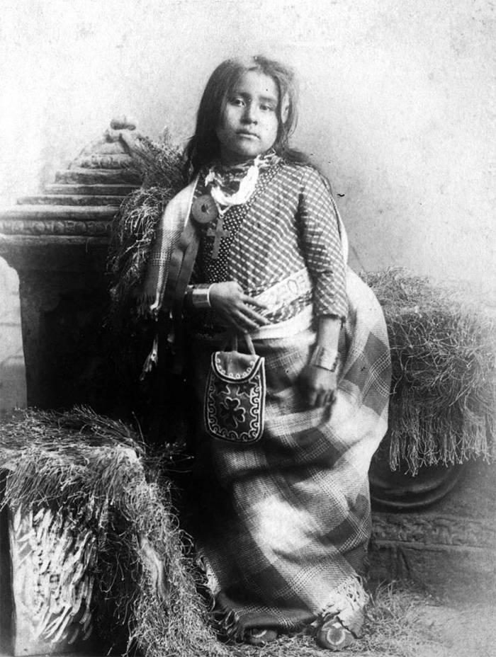 vintage-native-american-girls-portrait-photography-13-575a708f0ada1__700amérindiennes-amérindiennes