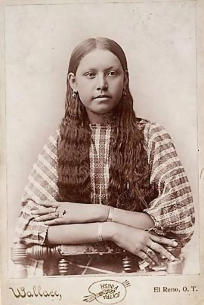 vintage-native-american-girls-portrait-photography-15-575a73226ce37__700amérindiennes-amérindiennes