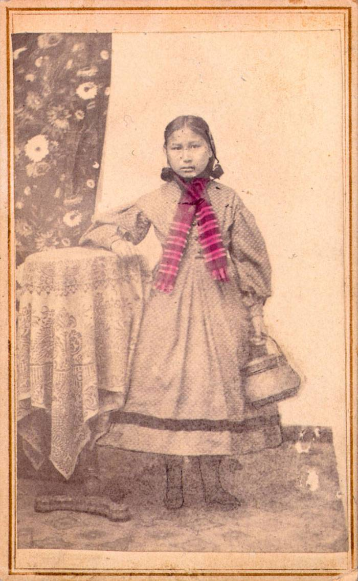 vintage-native-american-girls-portrait-photography-22-575a79af9ab3c__700amérindiennes-amérindiennes