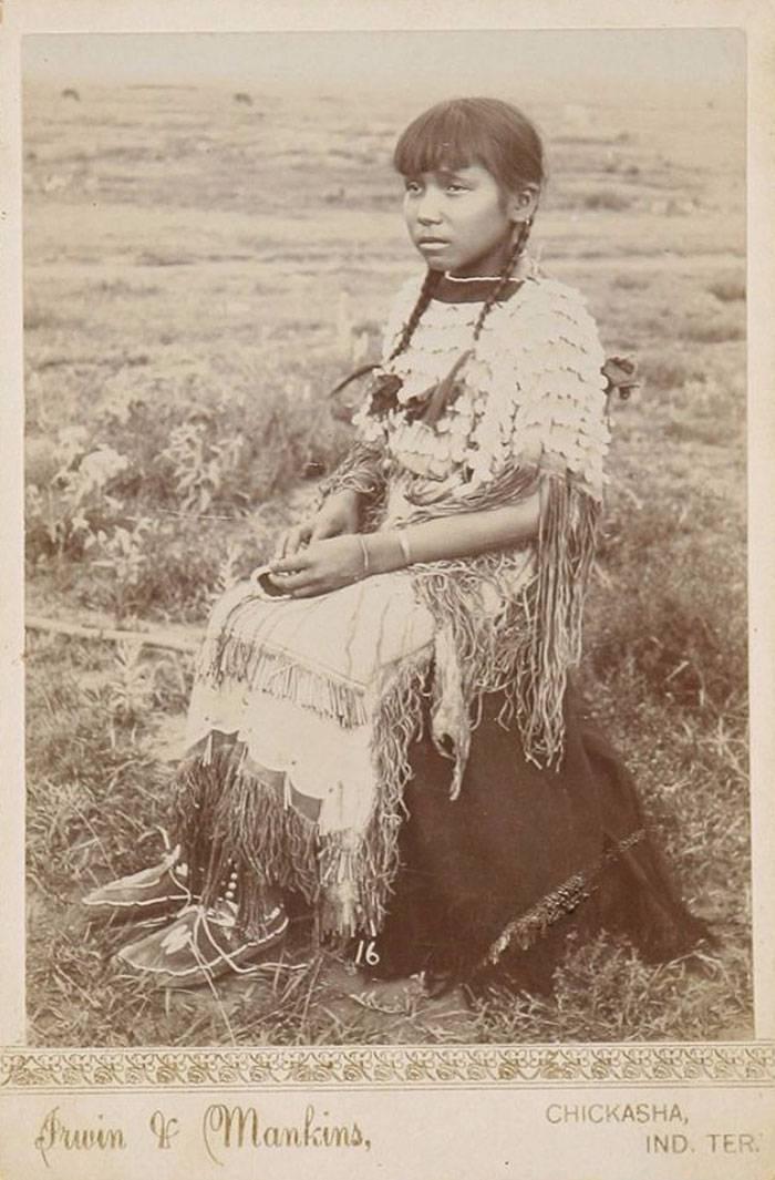 vintage-native-american-girls-portrait-photography-23-575a7a883ae53__700amérindiennes-amérindiennes