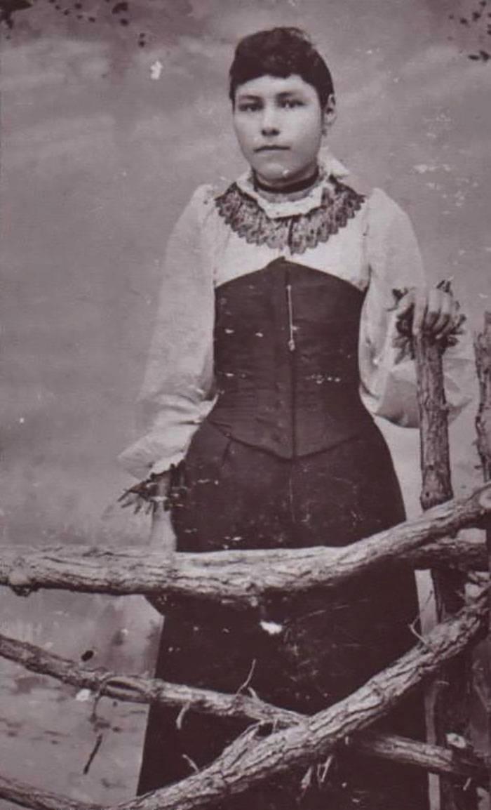 vintage-native-american-girls-portrait-photography-28-575a807f3c689__700amérindiennes-amérindiennes