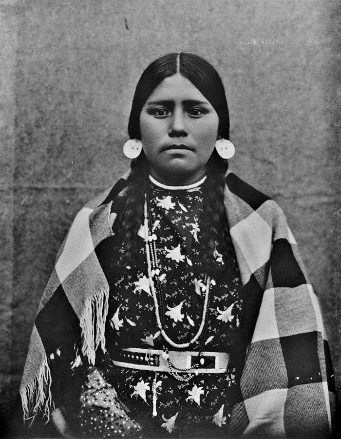 vintage-native-american-girls-portrait-photography-35-575a84eae56e5__700amérindiennes-amérindiennes