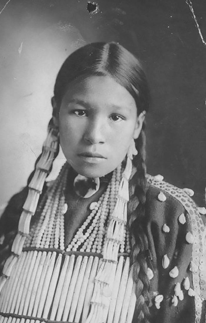 vintage-native-american-girls-portrait-photography-36-575a88a99f15d__700amérindiennes-amérindiennes