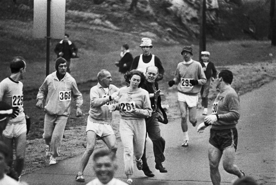 Kathrine Switzer lors du marathon de Boston. Elle est devenue la première femme à terminer la course. [1967]