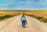 Elle ne vous demandera pas de rester parce qu'elle a appris à ne jamais compter sur quelqu'un d' autre en cas de besoin.