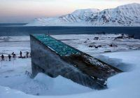 La réserve de Svalbard, en Norvège, censée protéger les semences mondiales de toutes les catastrophes, est elle-même menacée à cause du réchauffement climatique.