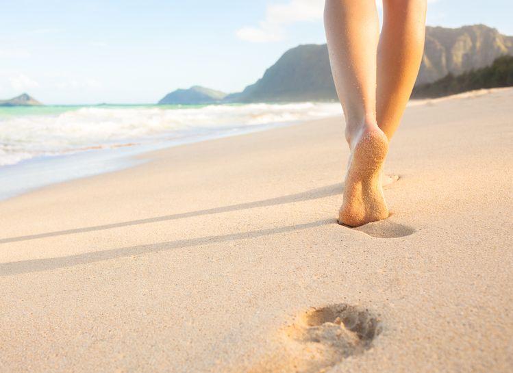 marchant pieds nus