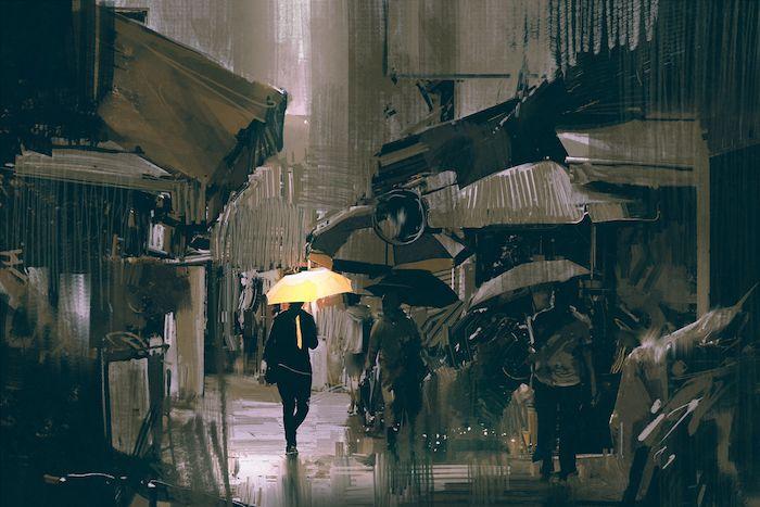 Un homme marche dans la rue avec un parapluie jaune
