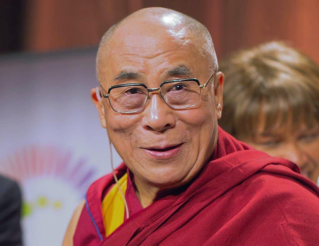 Dalaï Lama prière ne suffit pas