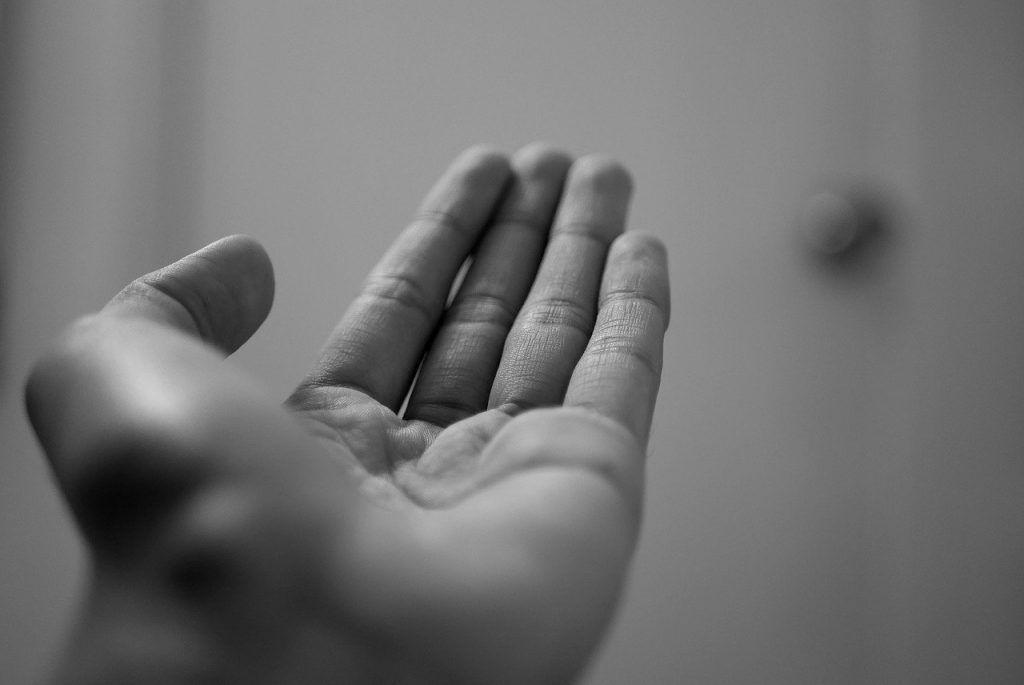 main gauche qui vous gratte